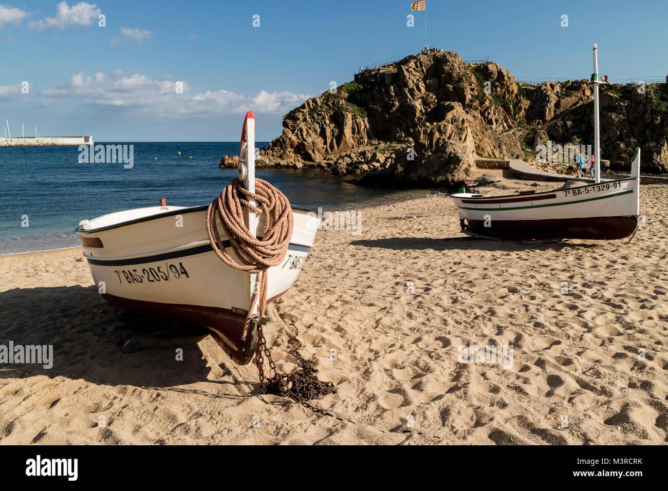 Blanes mit Booten am Strand, Blick auf die Felseninsel vor dem Strand, Fischerboote im Vordergrund - Stock Image