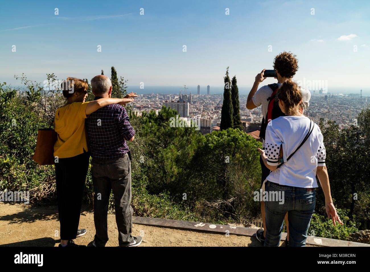 Barcelona, Katalonien, Spanien, Blick vom Aussichtspunkt im Parc Güell auf Barcelona - Stock Image