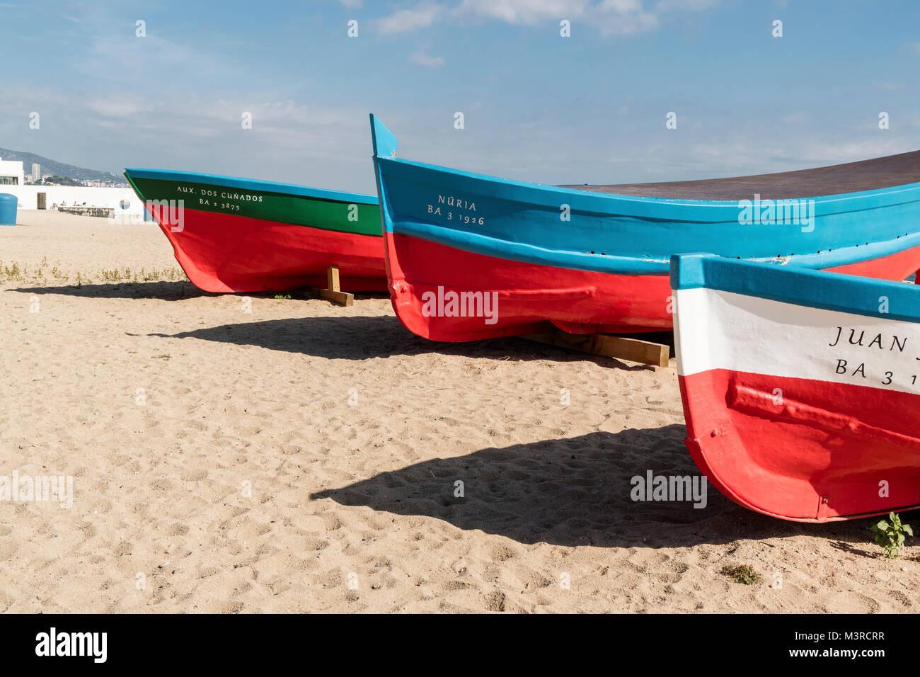 Blanes an der Costa Brava mit seinem schönen, hellen Sandstrand, Boote am Strand - Stock Image