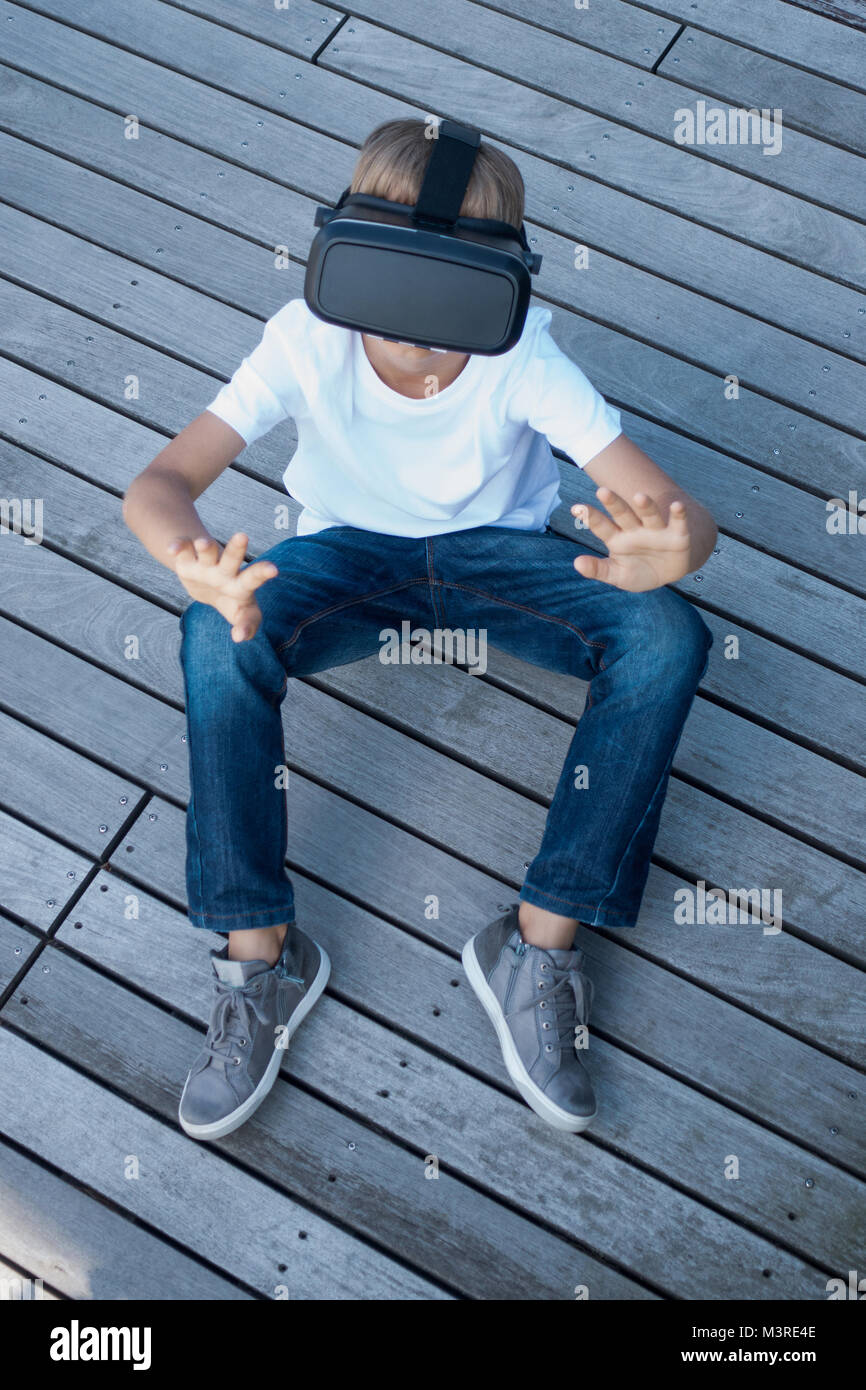Child with virtual reality glasses - Stock Image