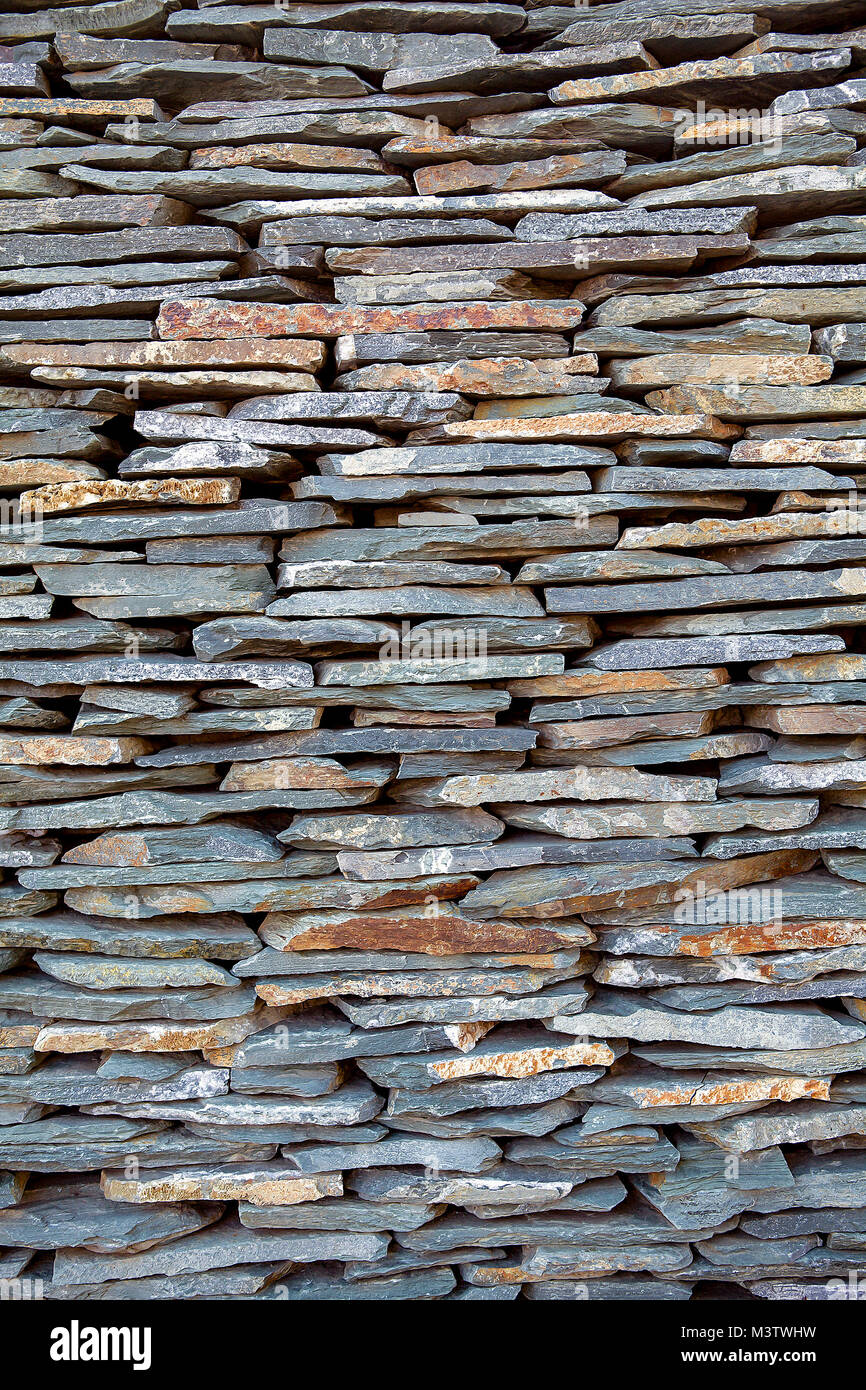 Bluestone dry laid wall. Stones are thin and long, rough surfaced. - Stock Image