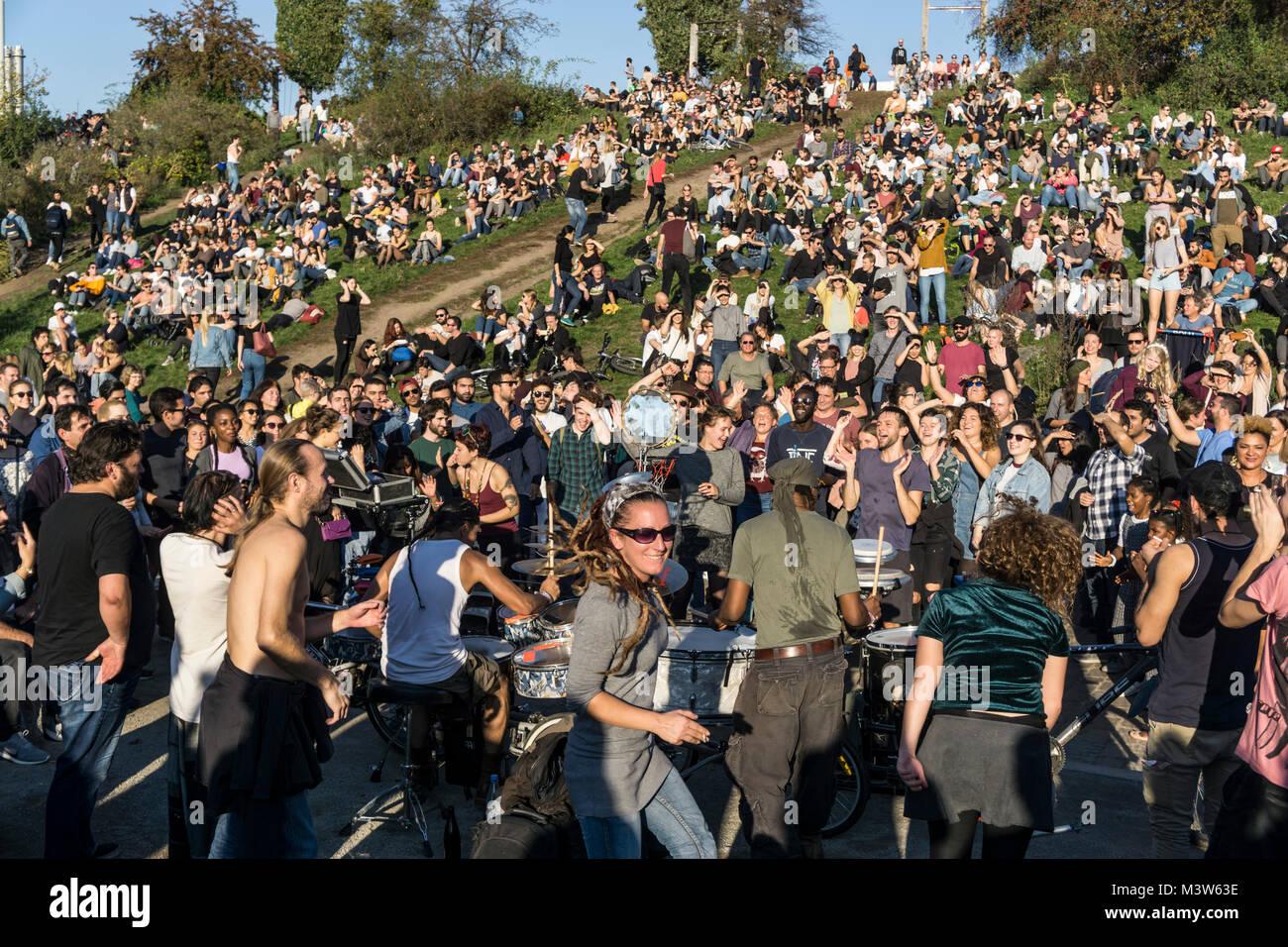 Menschen tanzen zu Drum Session, Mauerpark, Prenzlauer Berg, Berlin     Mauerpark, Prenzlauer Berg, Berlin  crowd - Stock Image