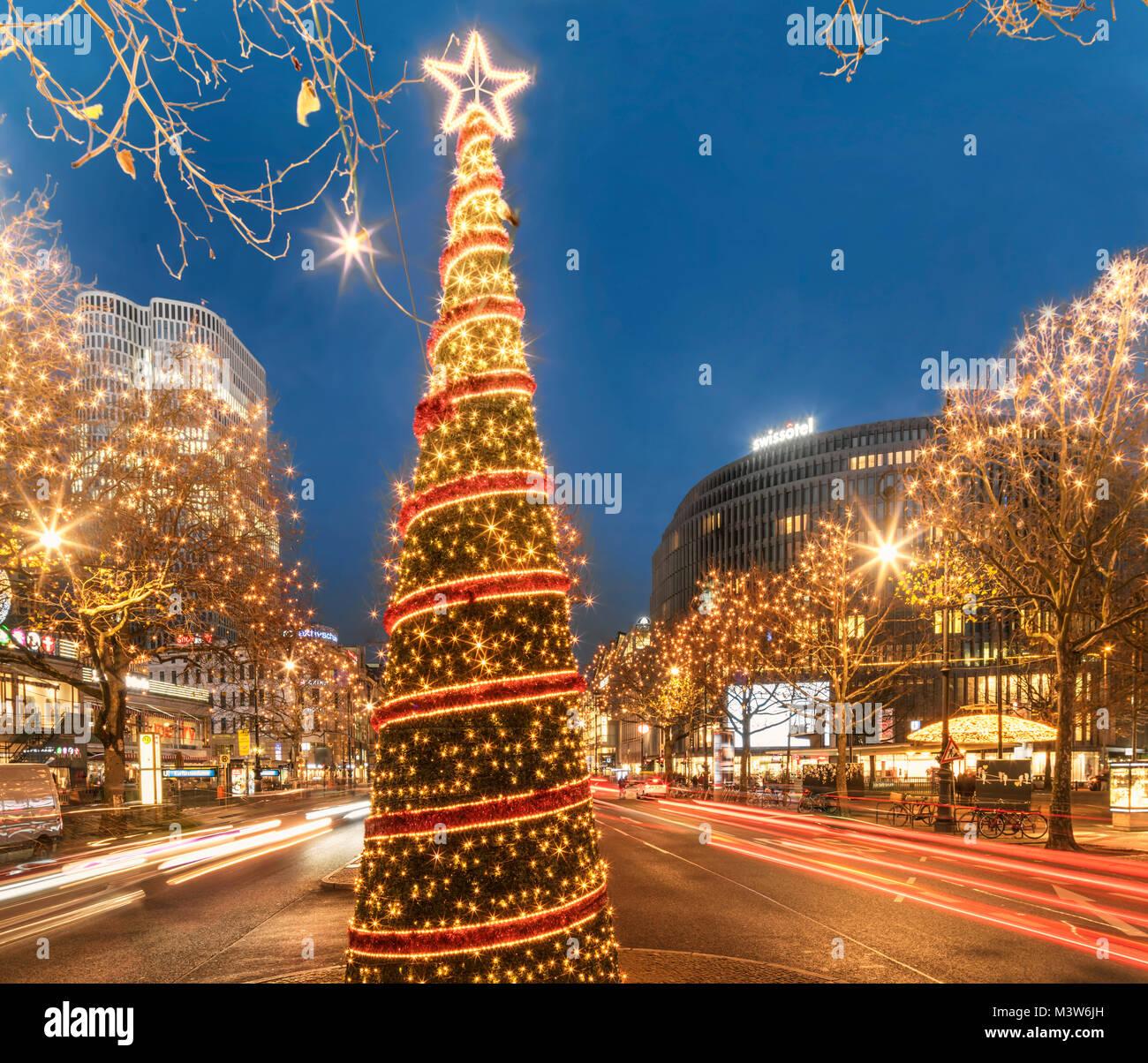 Weihnachtsbeleuchtung Kurfürstendamm.Christmas Illumination Kurfuerstendamm Kuhdamm Berlin Stock Photo