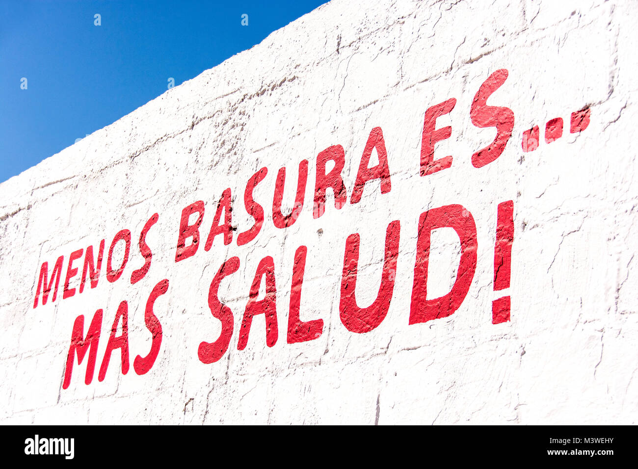 Menos Basura es Mas Salud, which translates to 'Less Trash is Better Health.' - Stock Image