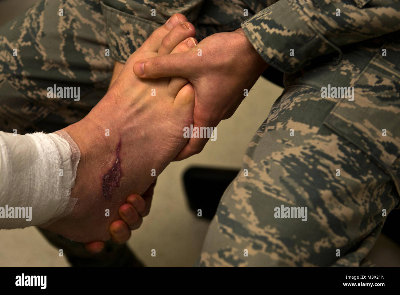 Lieutenant Justin Farmer, a physician assistant at the 66th Medical Clinic, Hanscom Air Force Base, Mass., tests - Stock Image