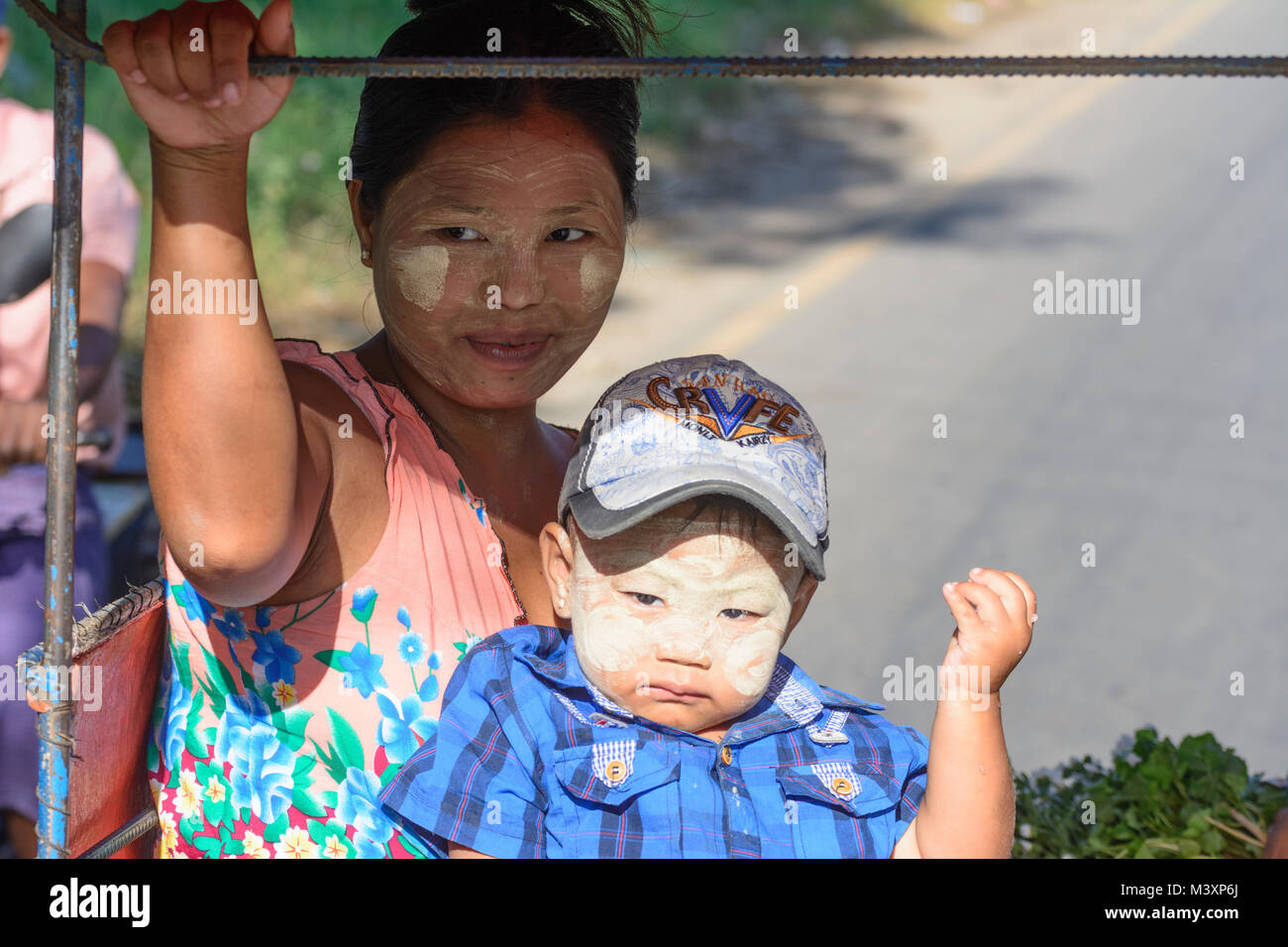 Hpa-An: Tuk-tuk (Thone Bee) taxi sidecar, mother, child, boy, face with thanaka cosmetic paste, , Kayin (Karen) Stock Photo