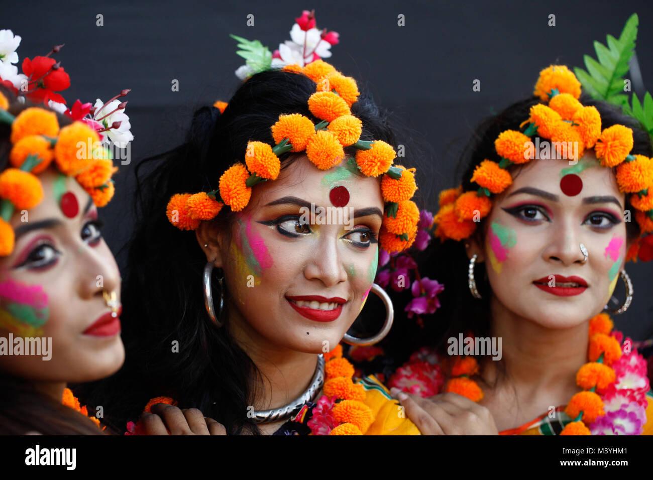 Dhaka Bangladesh 13th Feb 2018 Bangladeshi Women Perform On The Stock Photo Alamy
