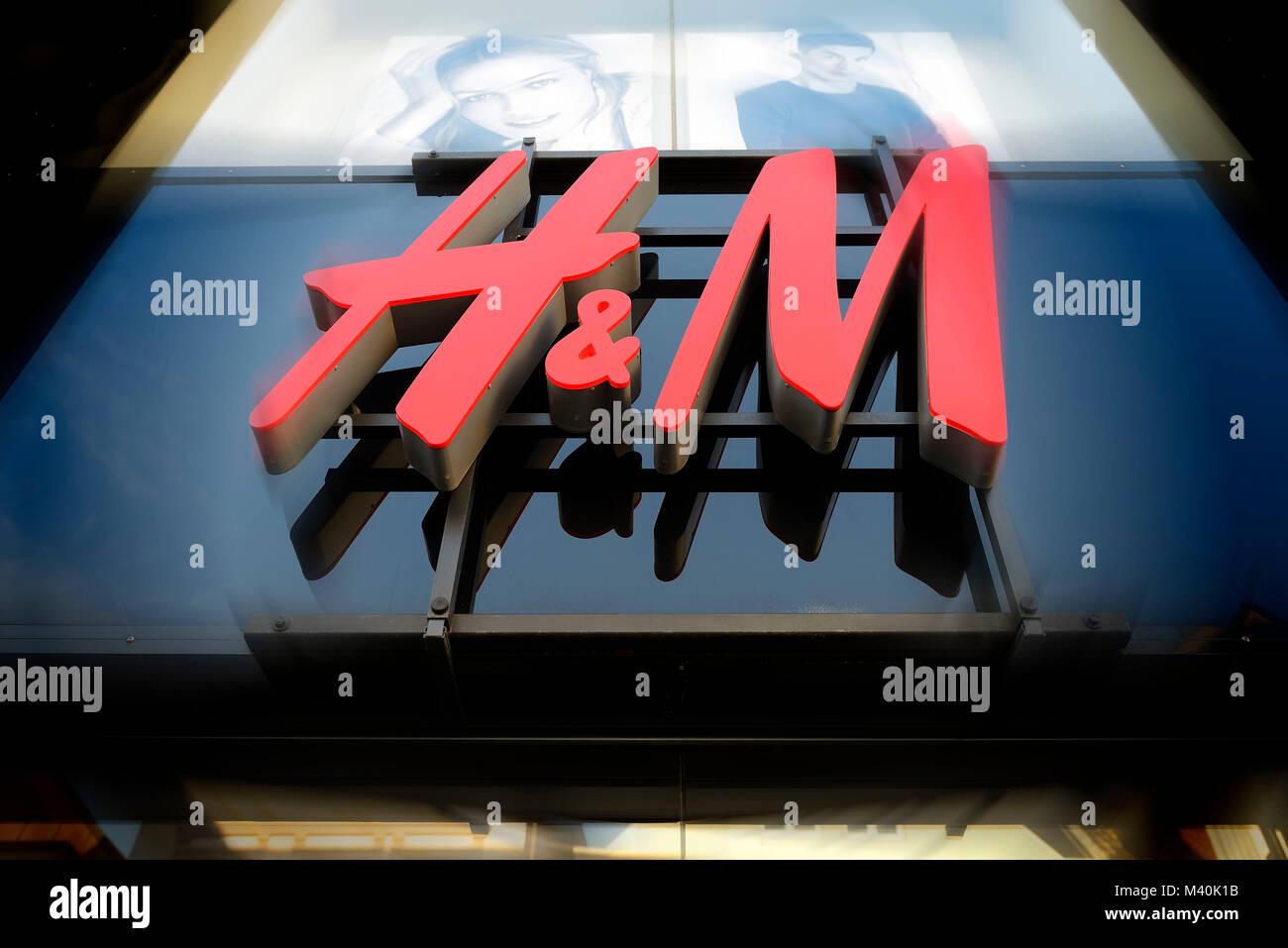 Sign at a branch of the H&M Fashion Group in Hamburg, Schild an einer Filiale des Modekonzerns H&M in Hamburg - Stock Image
