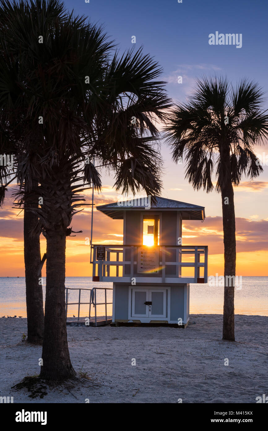 Sunset on the Gulf of Mexico along a lifeguard shack in Fred Howard Park, Tarpon Springs, Florida - Stock Image