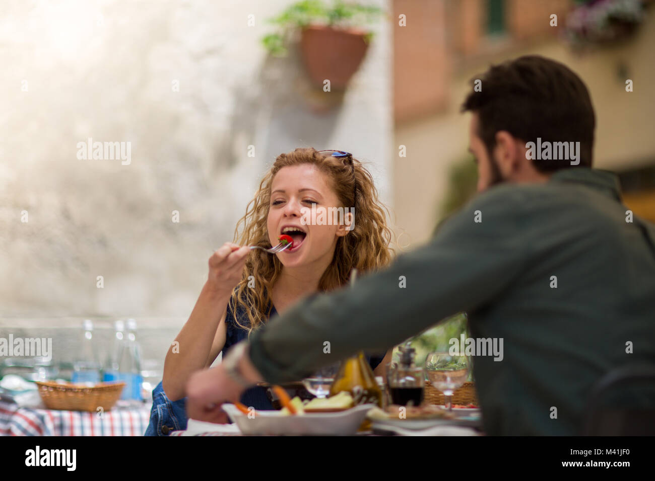 Young couple eating alfresco on vacation - Stock Image