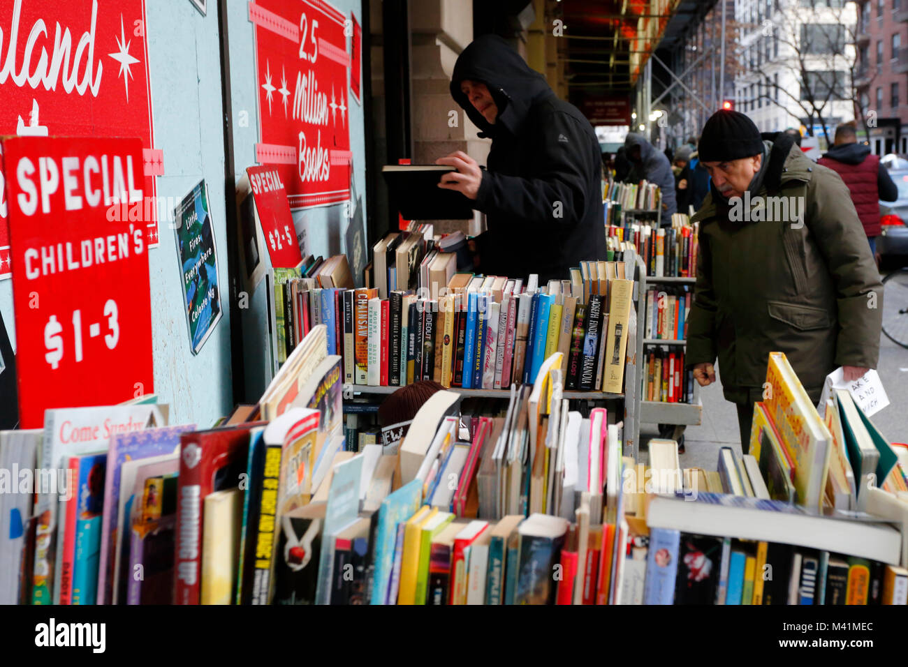 People browsing used books outside Strand Bookstore in New York, NY - Stock Image