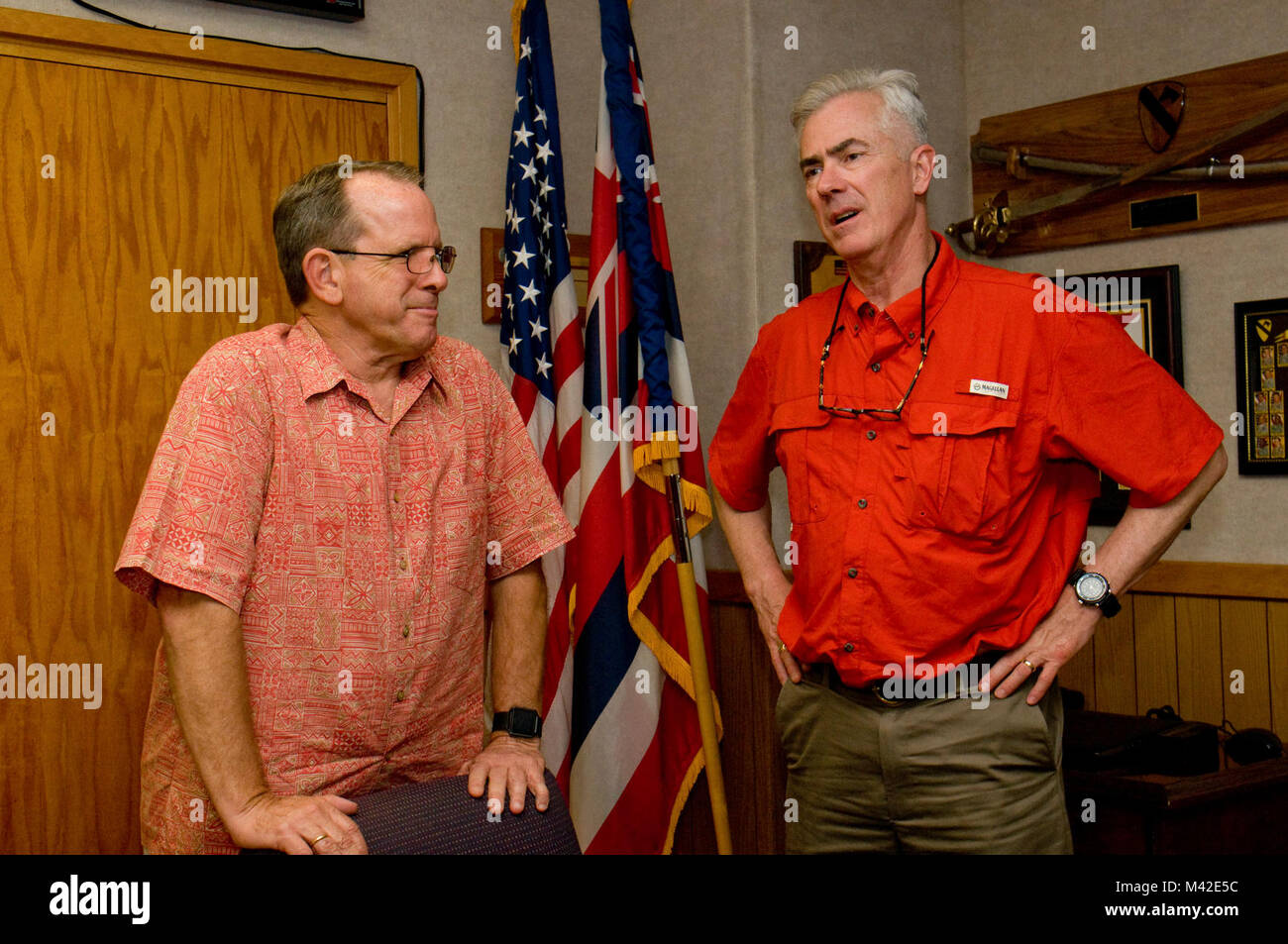 FORT SHAFTER — Pat Rice (left), the deputy G1 for U.S. Army-Pacific, chats with Ret. Col. Walter M. Herd, Army Transition - Stock Image