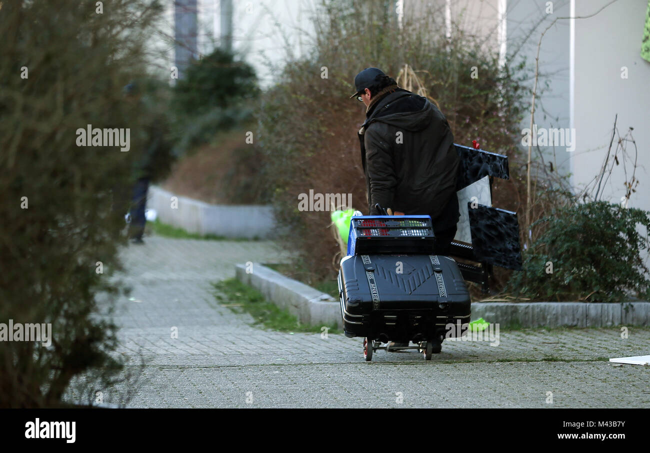 Dortmund, Germany. 14th Feb, 2018. A man carrying a suitcase leaving the evacuated residential complex Hannibal - Stock Image
