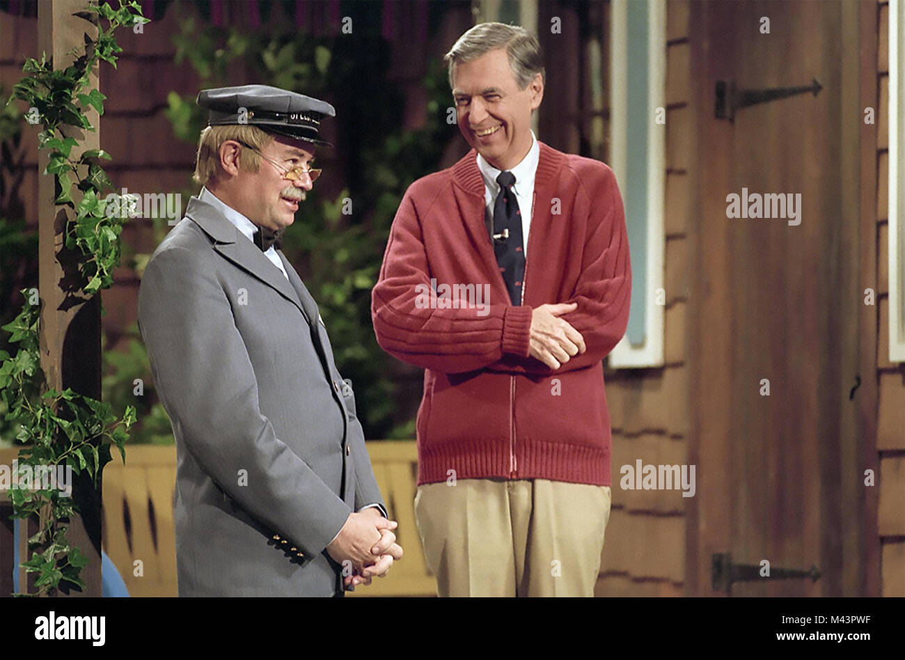 WON'T YOU BE MY NEIGHBOUR ? 2018 Temolo Productions film with David Newell at left and Fred Rogers - Stock Image