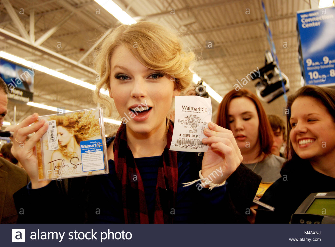 Taylor Swift Buys Her New Cd Fearless In Her Hometown Of Stock Photo Alamy