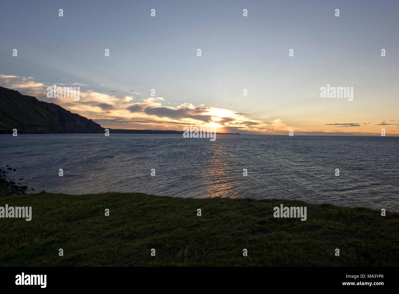 Drangey ist eine unbewohnte isländische Insel, die in der Mitte des Fjordes Skagafjörður gelegen - Stock Image
