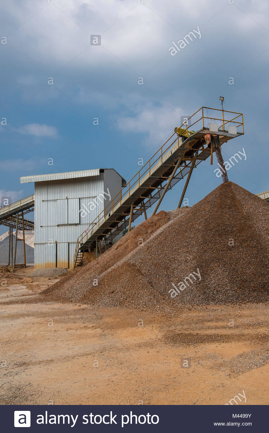 Crusher and conveyor belts at gravel mine, Pak Chong, Nakhon Ratchasima, Thailand, Asia - Stock Image