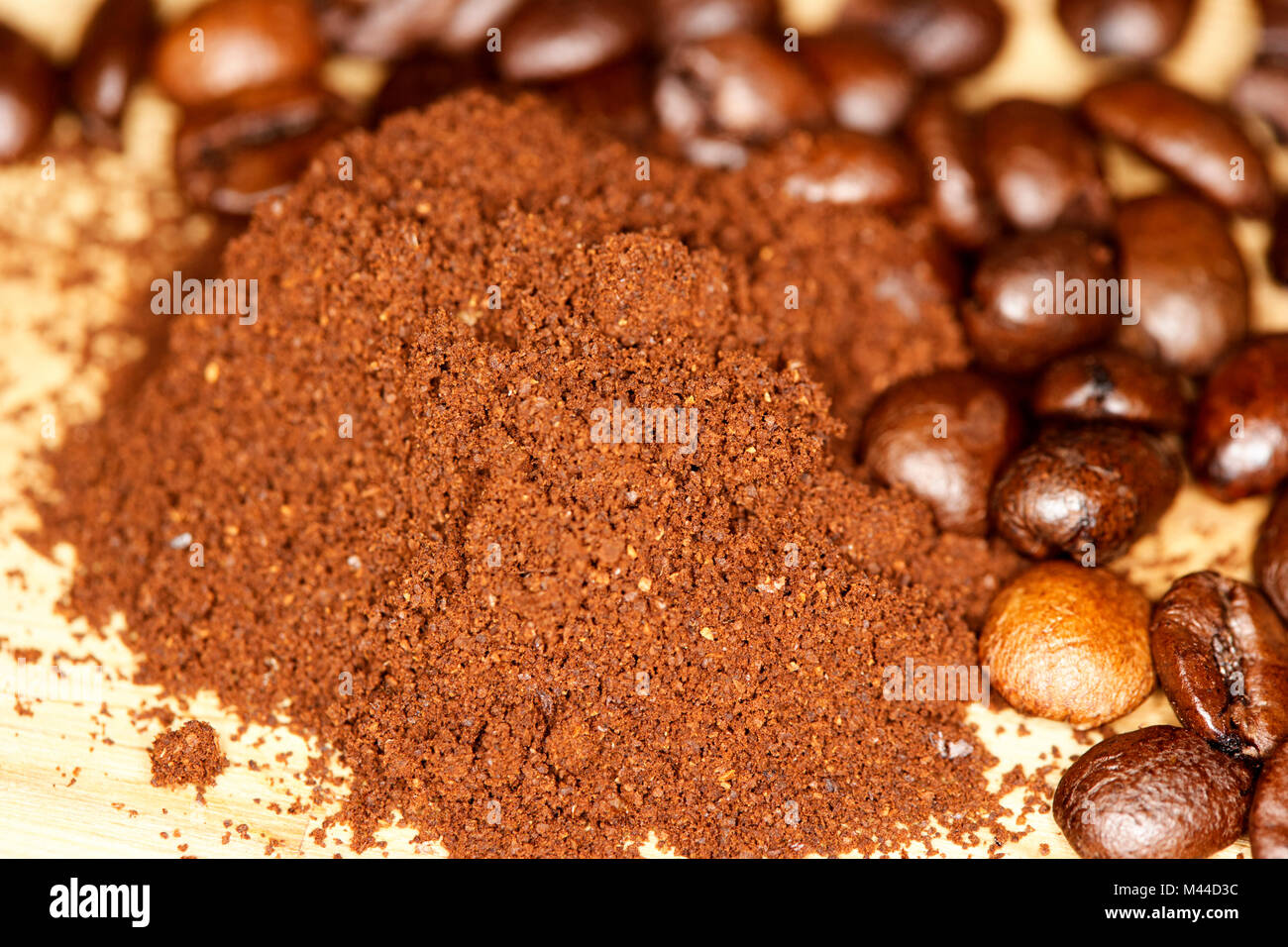 coarse grind freshly ground coffee and coffee bean blend of arabica and robusta beans - Stock Image