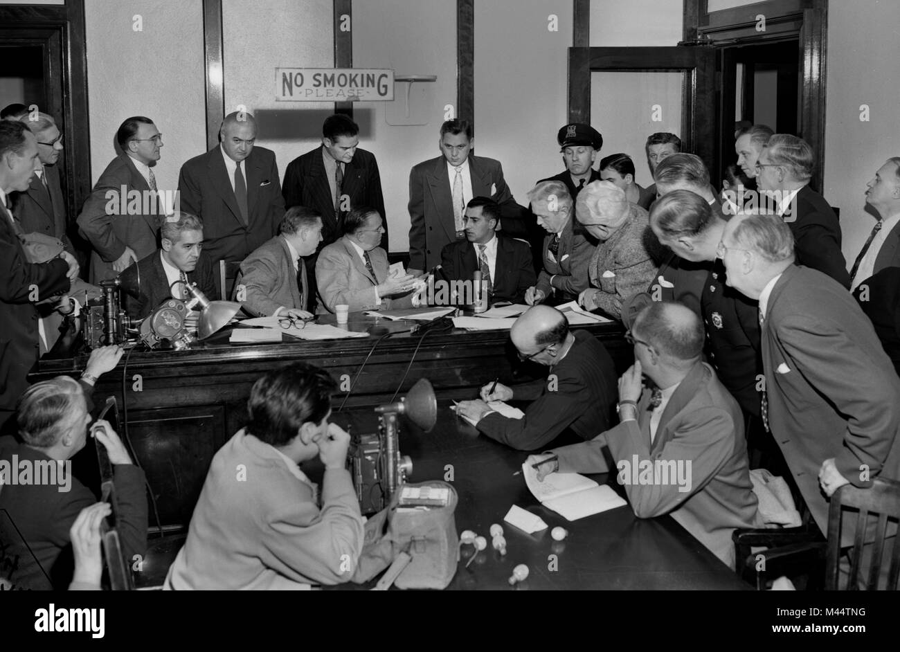 Police inquest draws an interested crowd in a Chicago court building, ca. 1952. - Stock Image