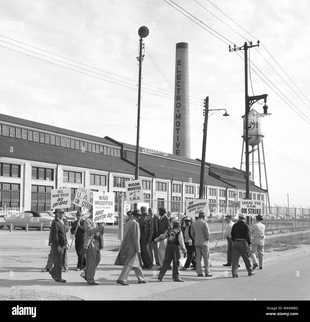 Members of the United Auto Workers picket at General Motors plant in 1958. - Stock Image