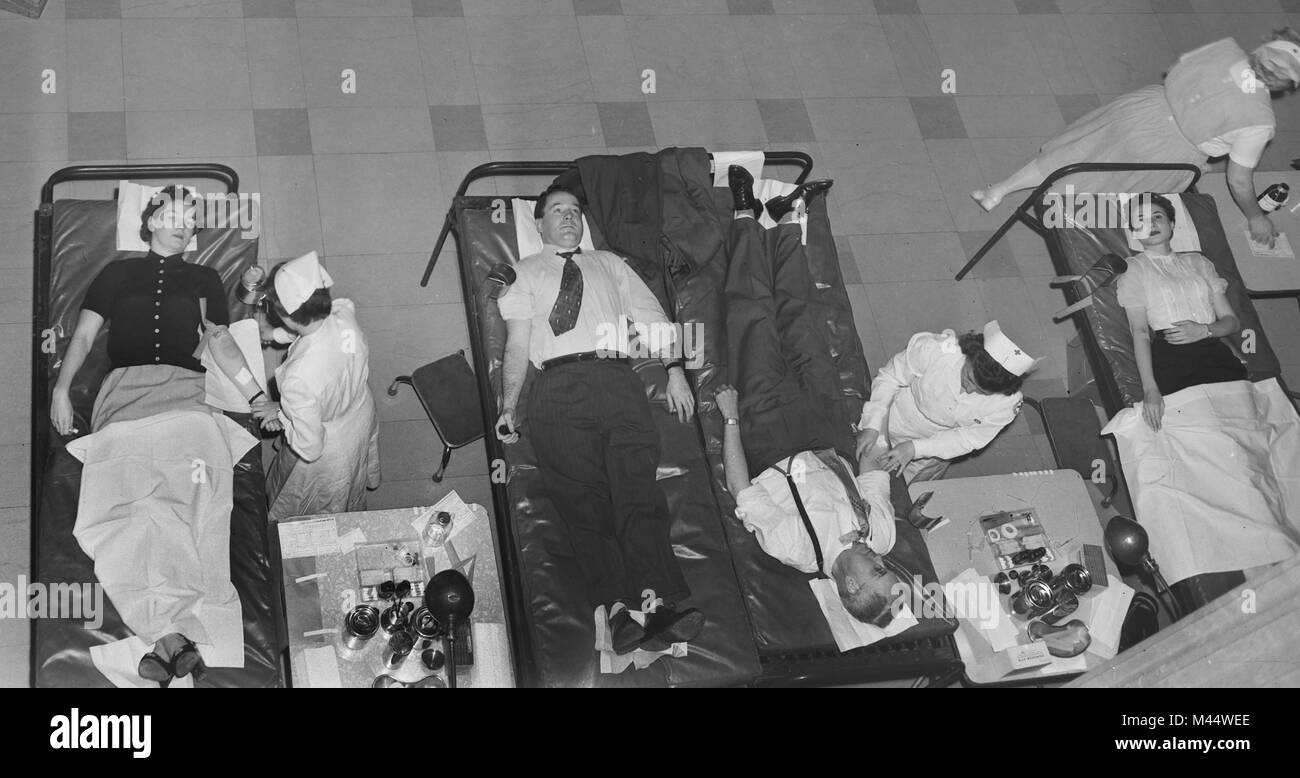 Red Cross blood drive in Chicago, ca. 1950. - Stock Image