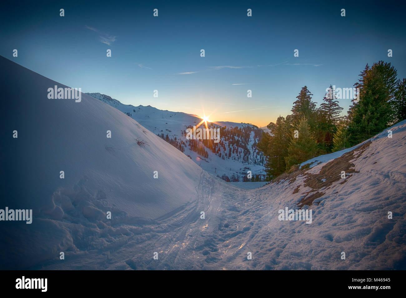 Winter sunset landscape at Belle Plagne ski resort in La Plagne, Savoie, France. Credit: Malcolm Park/Alamy. - Stock Image