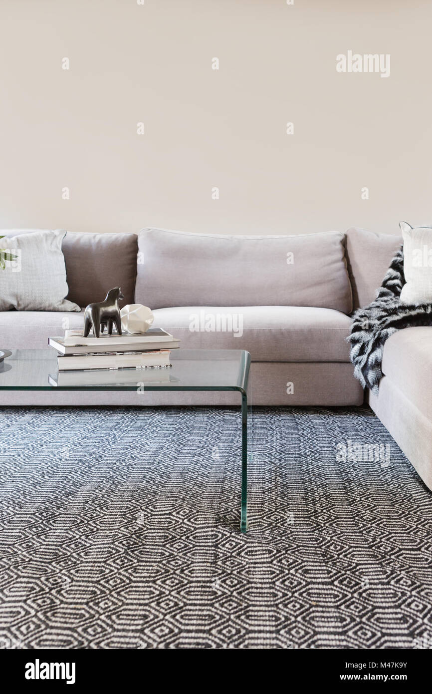 Contemporary living room sofa with blank wall for your artwork - Stock Image
