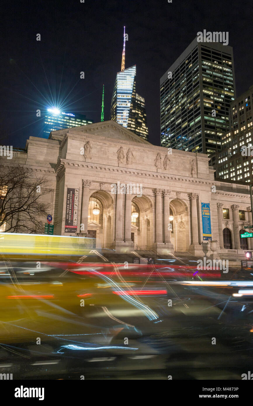 Mess in front of the NYPL - Stock Image