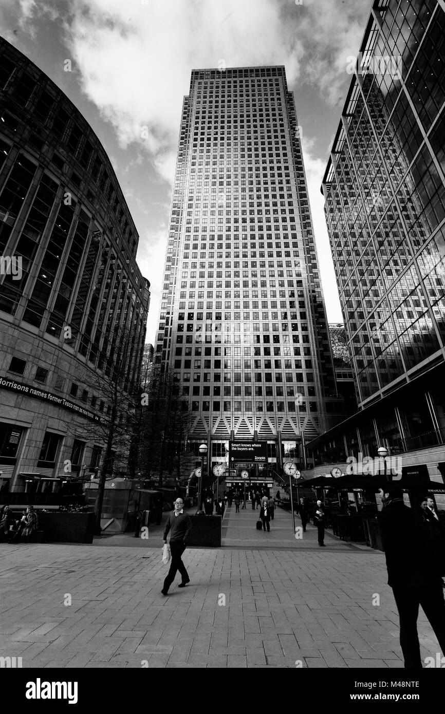 Canary Wharf, Business people hurrying along at lunchtime. London, England, UK. Credit: London Snapper - Stock Image