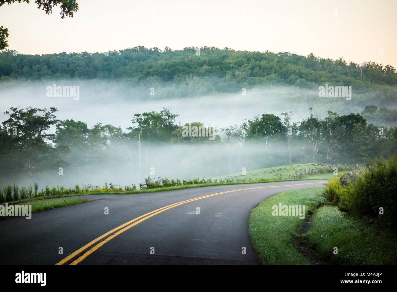 fog rolling through blue ridge parkway farm lands - Stock Image
