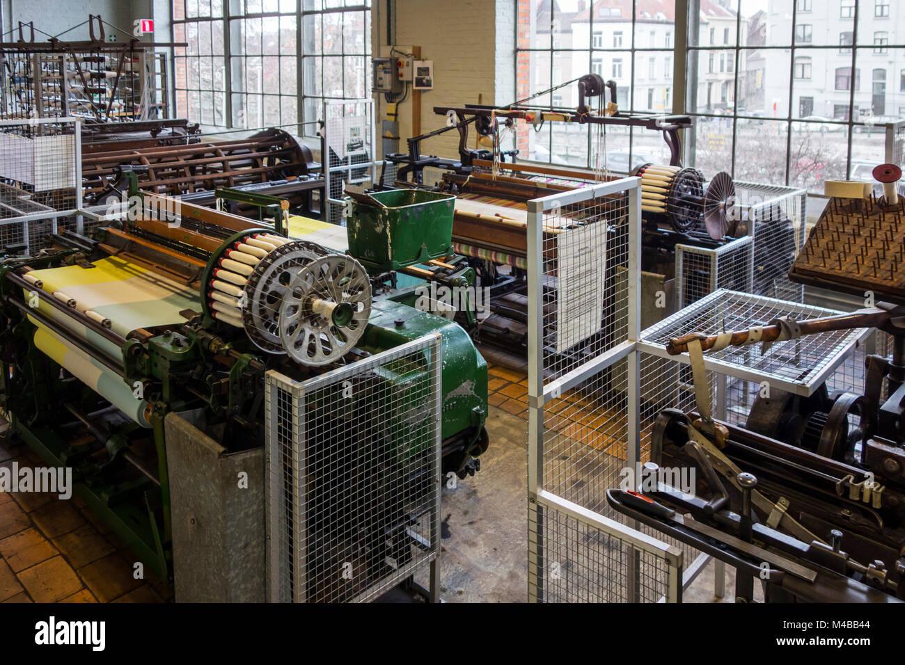 Mechanical flying shuttle loom / shuttle weaving machine in cotton mill / spinning-mill - Stock Image