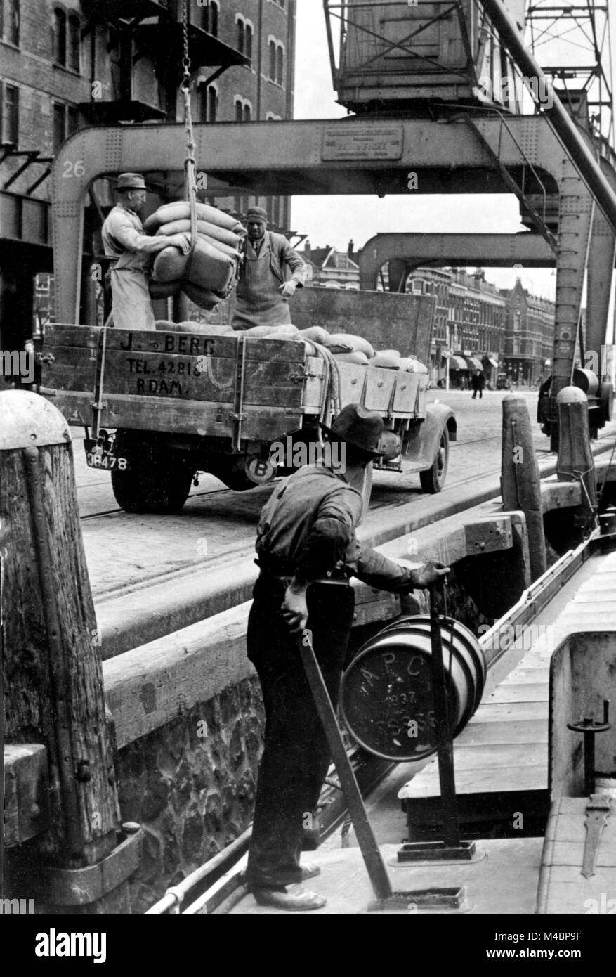 Dock worker,Unloading of a ship,1950s,exact location unknown,Germany - Stock Image