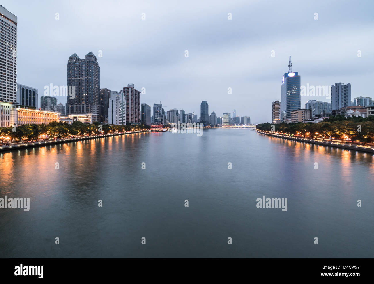 The Pearl river that crosses the Guangzhou downtown district in Guangdong province in China at twilight - Stock Image