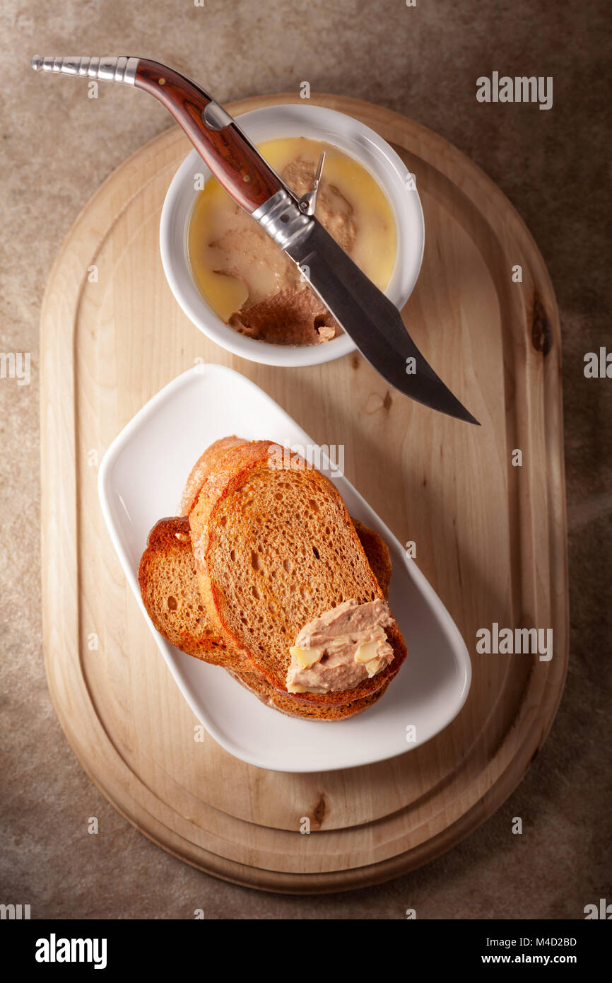 Home made chicken liver pate served with fried bread. - Stock Image