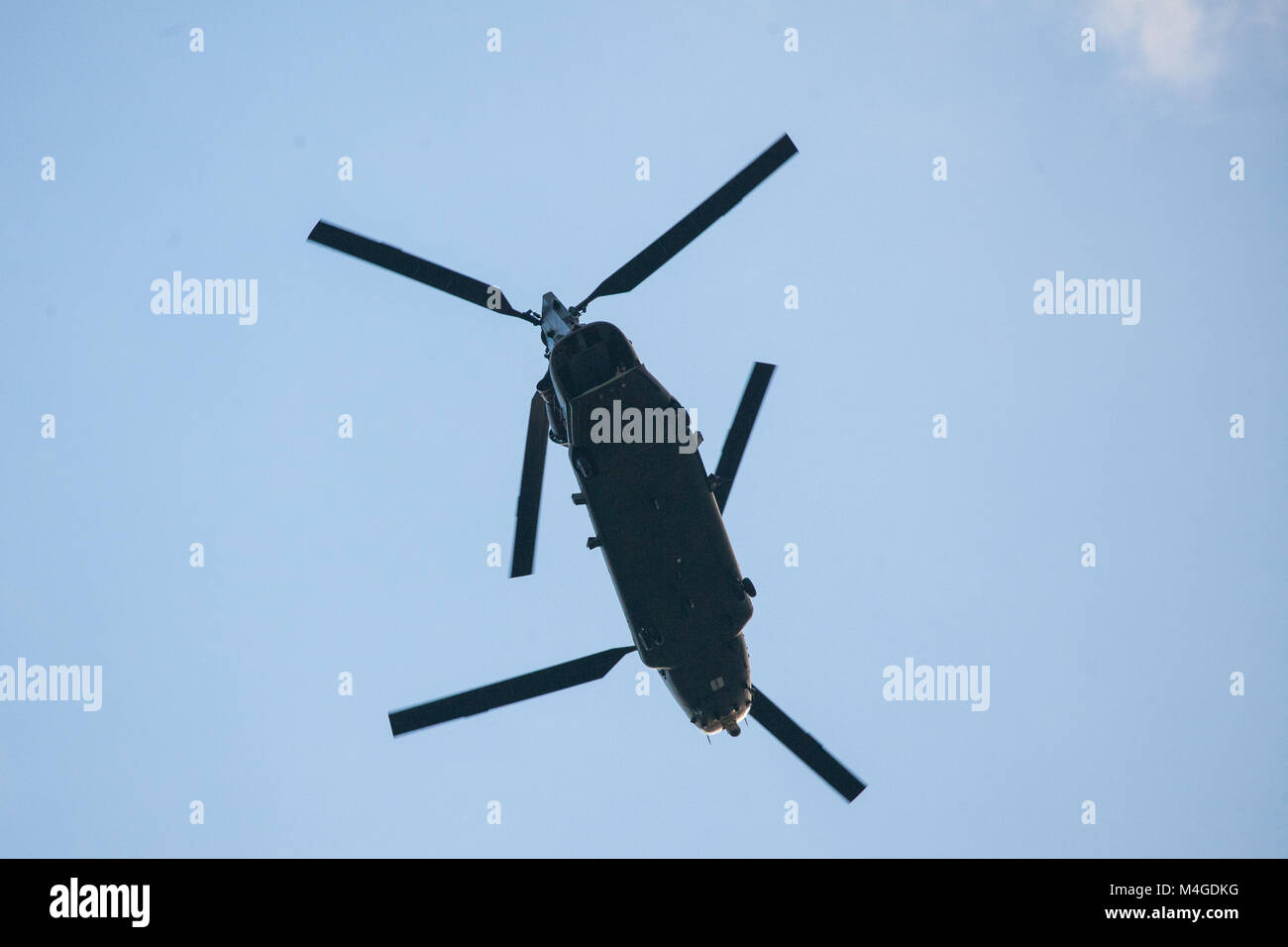 London, UK. 30th January, 2018. A Royal Air Force Boeing Chinook tandem rotor helicopter uses a heli-lane along - Stock Image