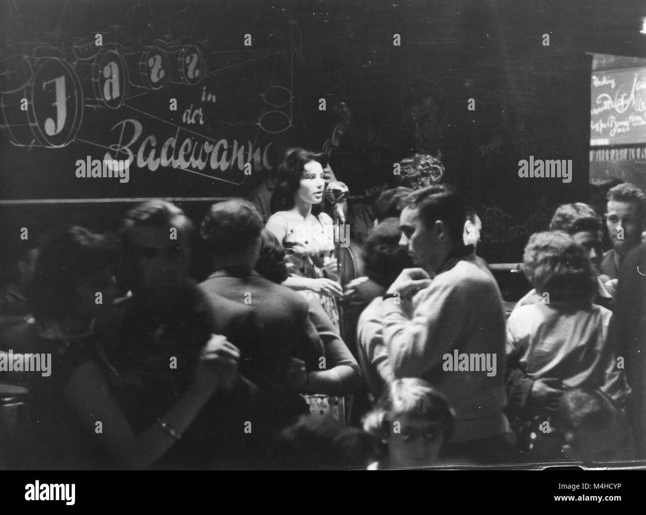 A Singing Woman And Dancing Couples In The Jazz Club Badewanne A