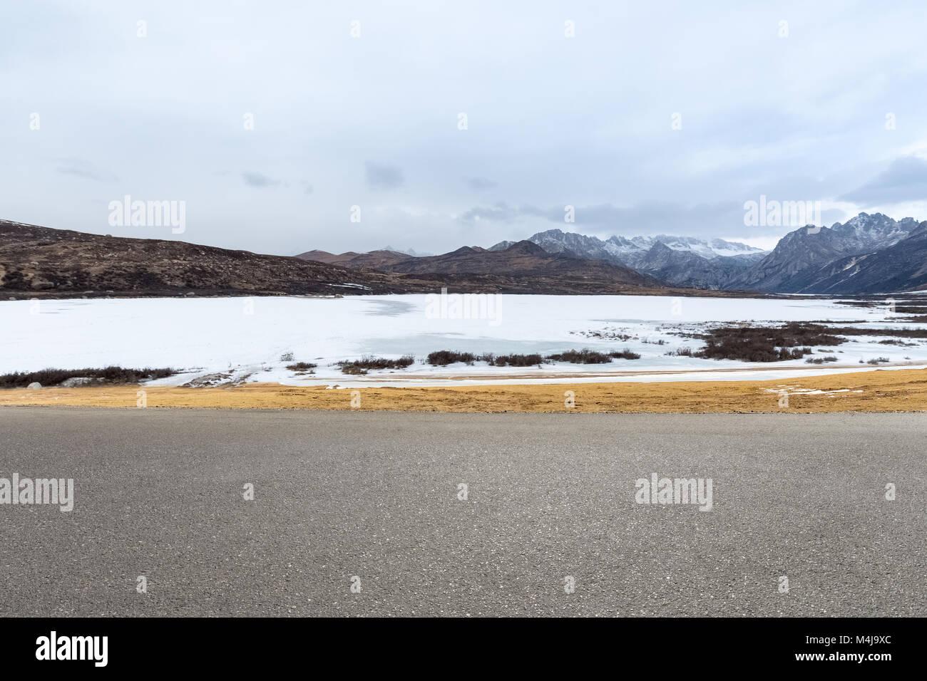 empty road in tibet plateau - Stock Image