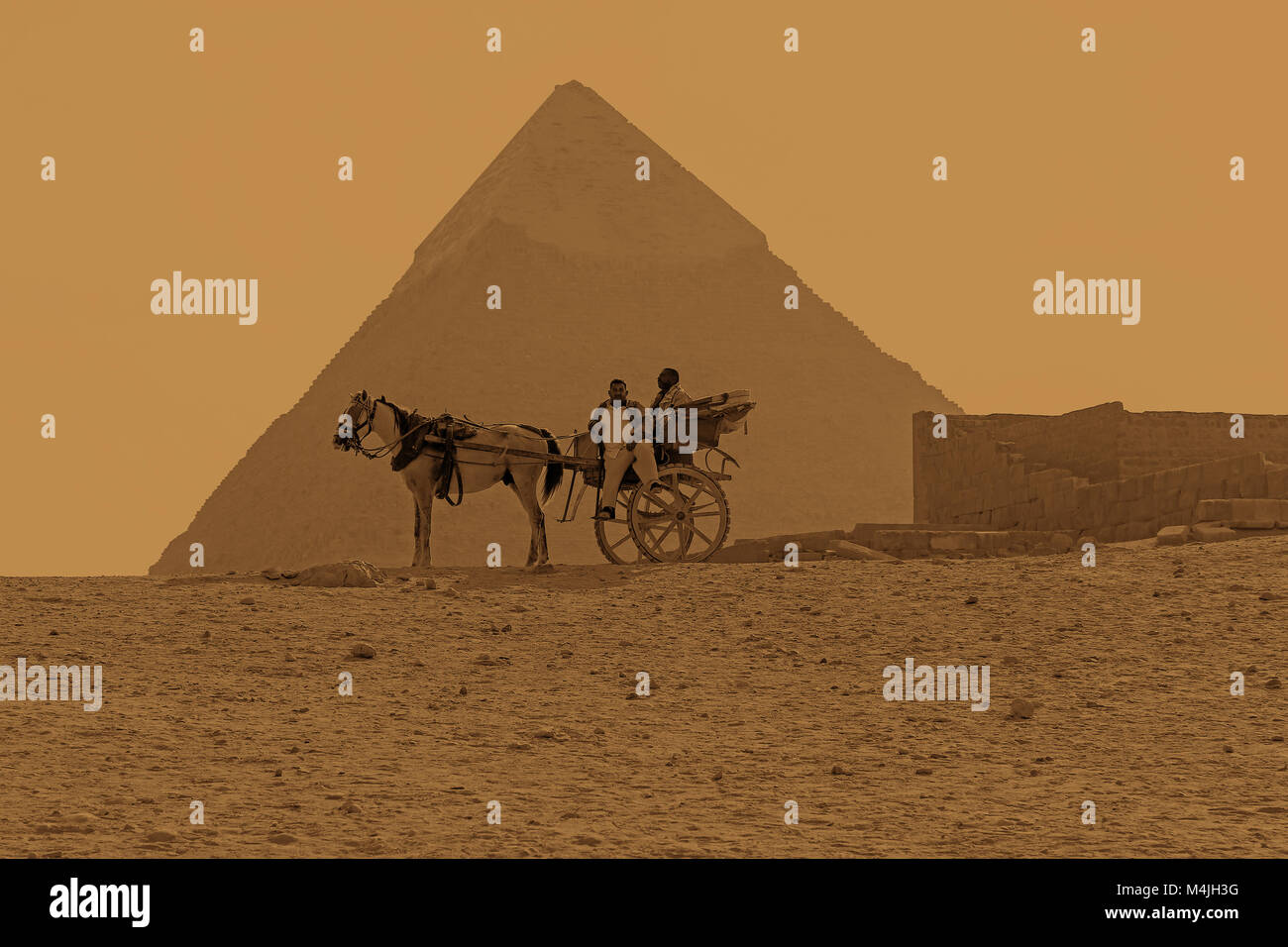 A horse and cart in front of the The Great Pyramid of Giza or the Pyramid of Khufu, Pyramids, Giza, Egypt, North - Stock Image