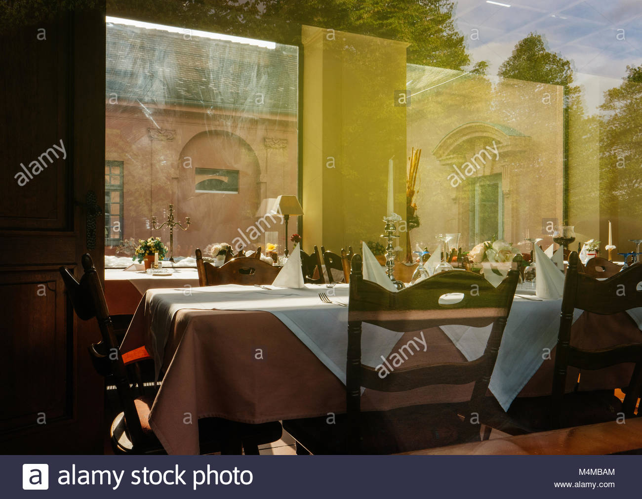 Empty table in restaurant ready for fine dining - Stock Image