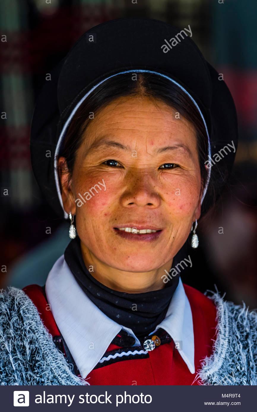 Naxi minority woman, Shangri La (Zhongdian), Yunnan Province, China. - Stock Image