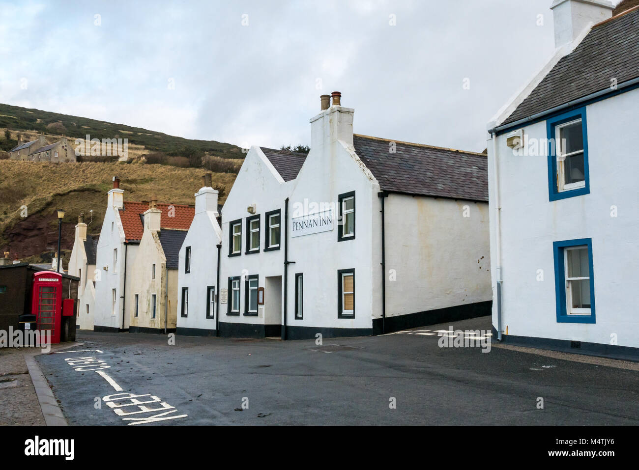 Pennan, Aberdeenshire, Scotland, UK. Pennan Inn and iconic red telephone box, film location for Bill Forsyth 1983 - Stock Image