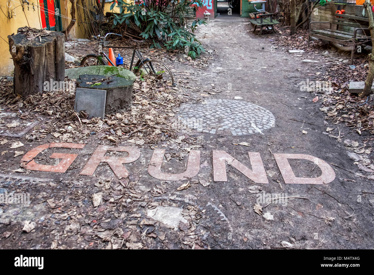 Berlin-Mitte, Prenzlauer Berg.Unusual Inner Courtyard with the bicycle & the word Grund embedded in ground. - Stock Image