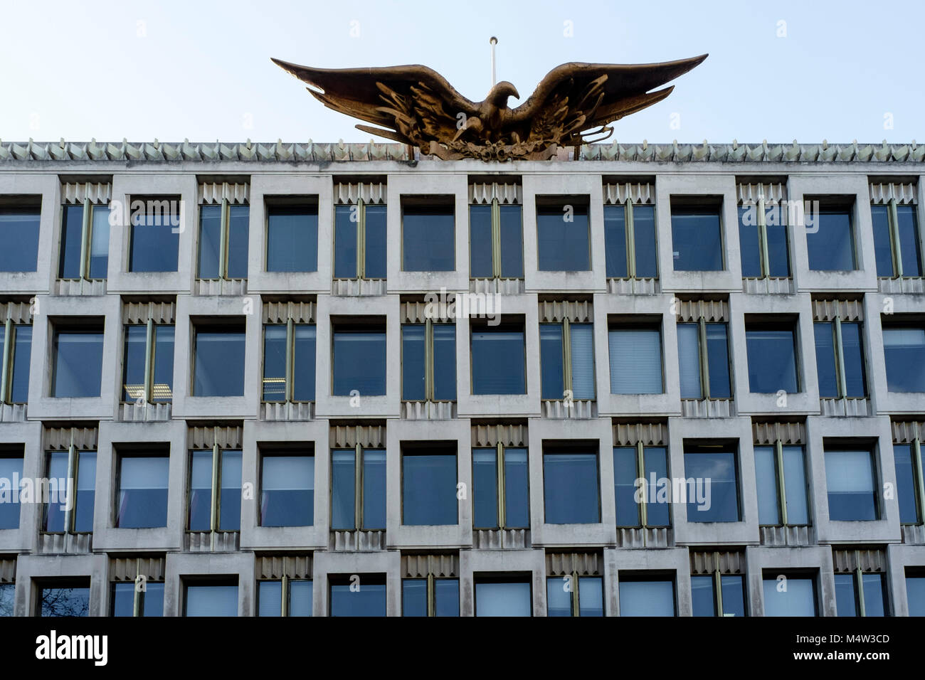 Bronze eagle atop the US Embassy Chancery building, Grosvenor Square, London - Stock Image