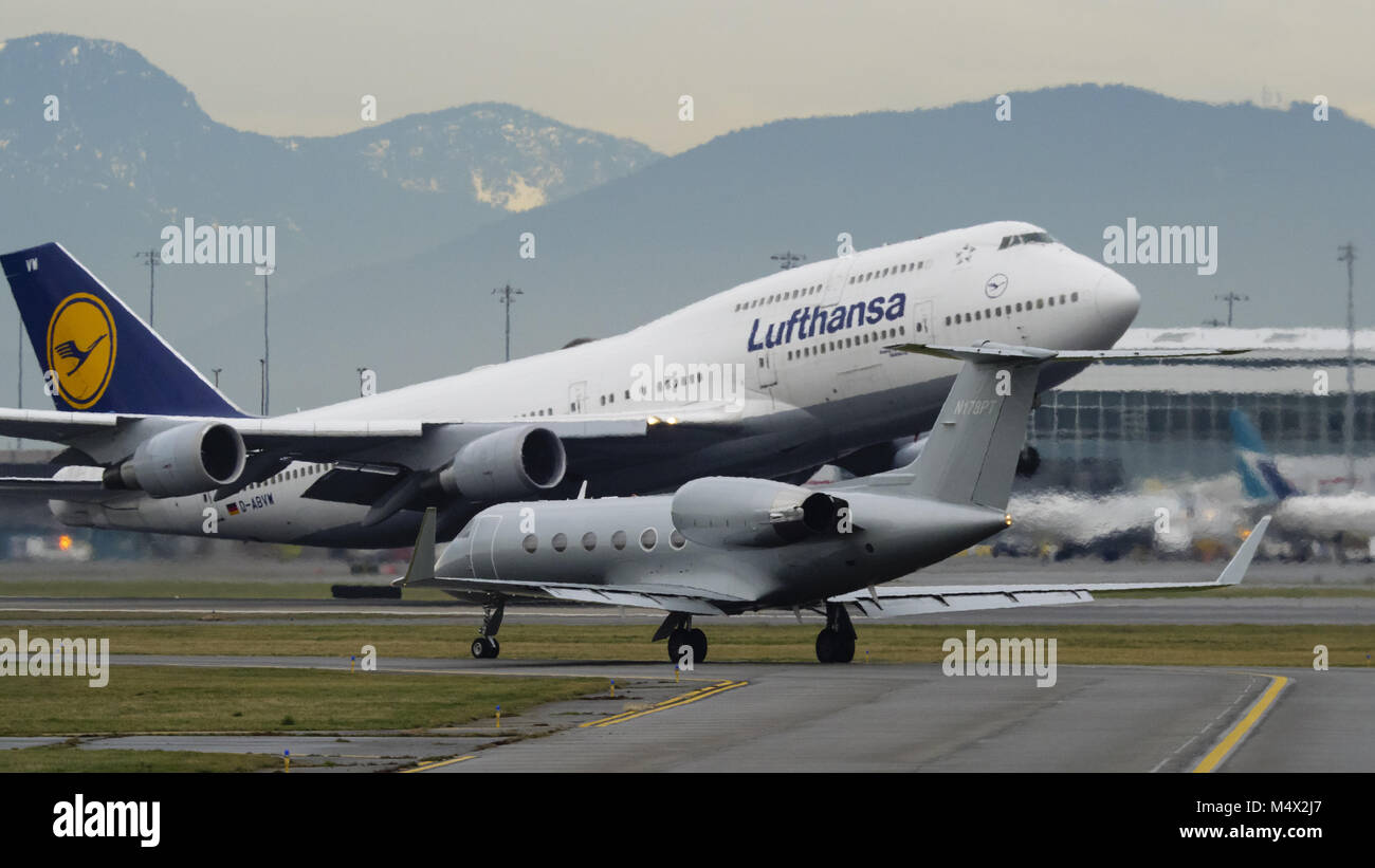 Richmond, British Columbia, Canada. 4th Jan, 2018. A Lufthansa Boeing 747-400 (D-ABVW) wide-body jet airliner takes - Stock Image