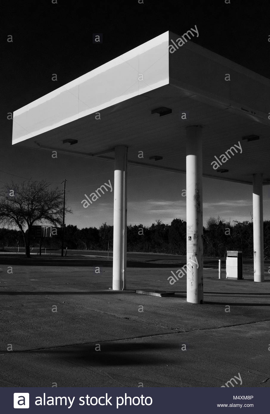Derelict gas station for sale in the Texas Hill Country near Johnson City, Texas, USA. - Stock Image