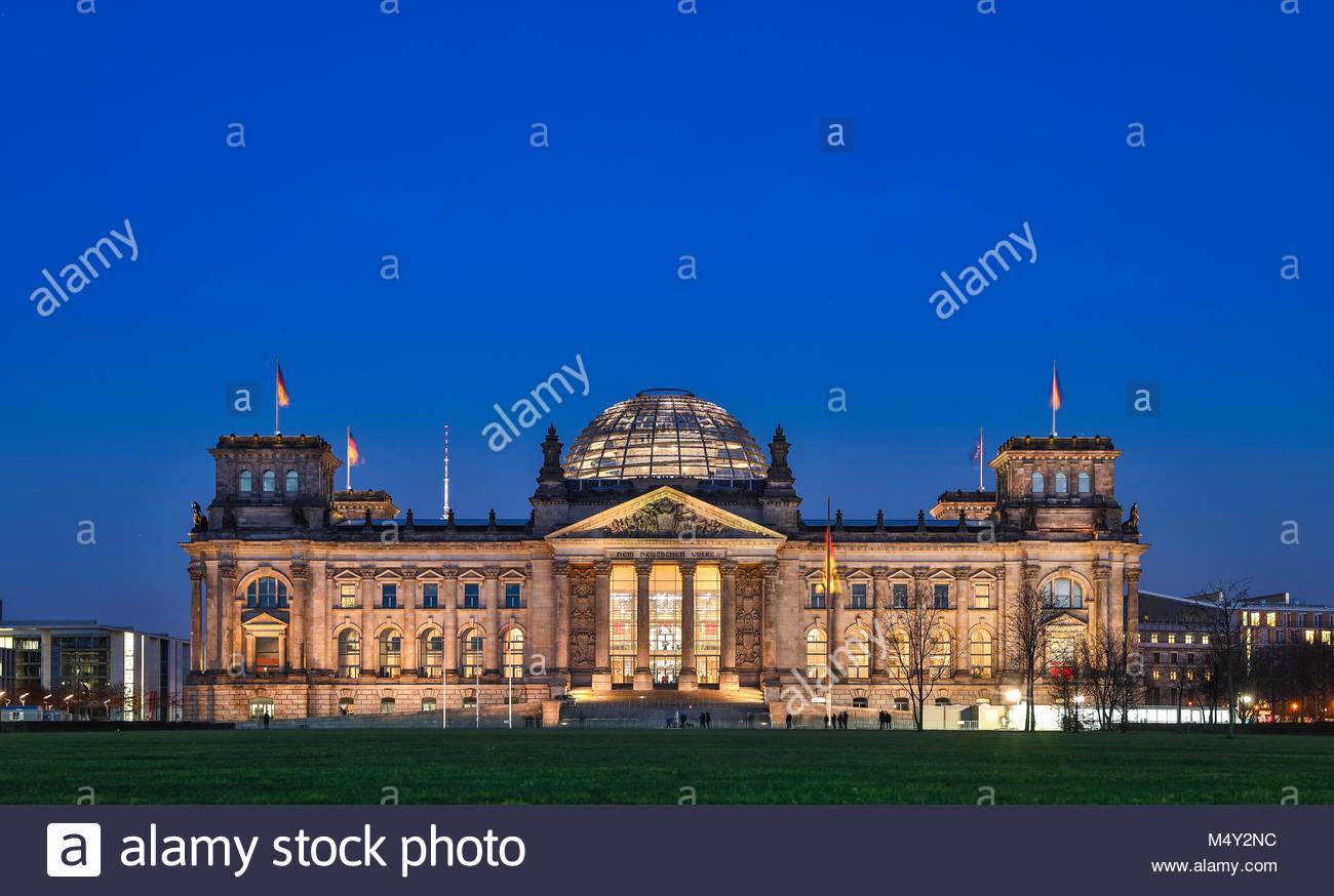 Das Berliner Reichstagsgebaeude von Baumeister Paul Wallot am Platz der Republik in Berlin an einem klaren Winterabend - Stock Image
