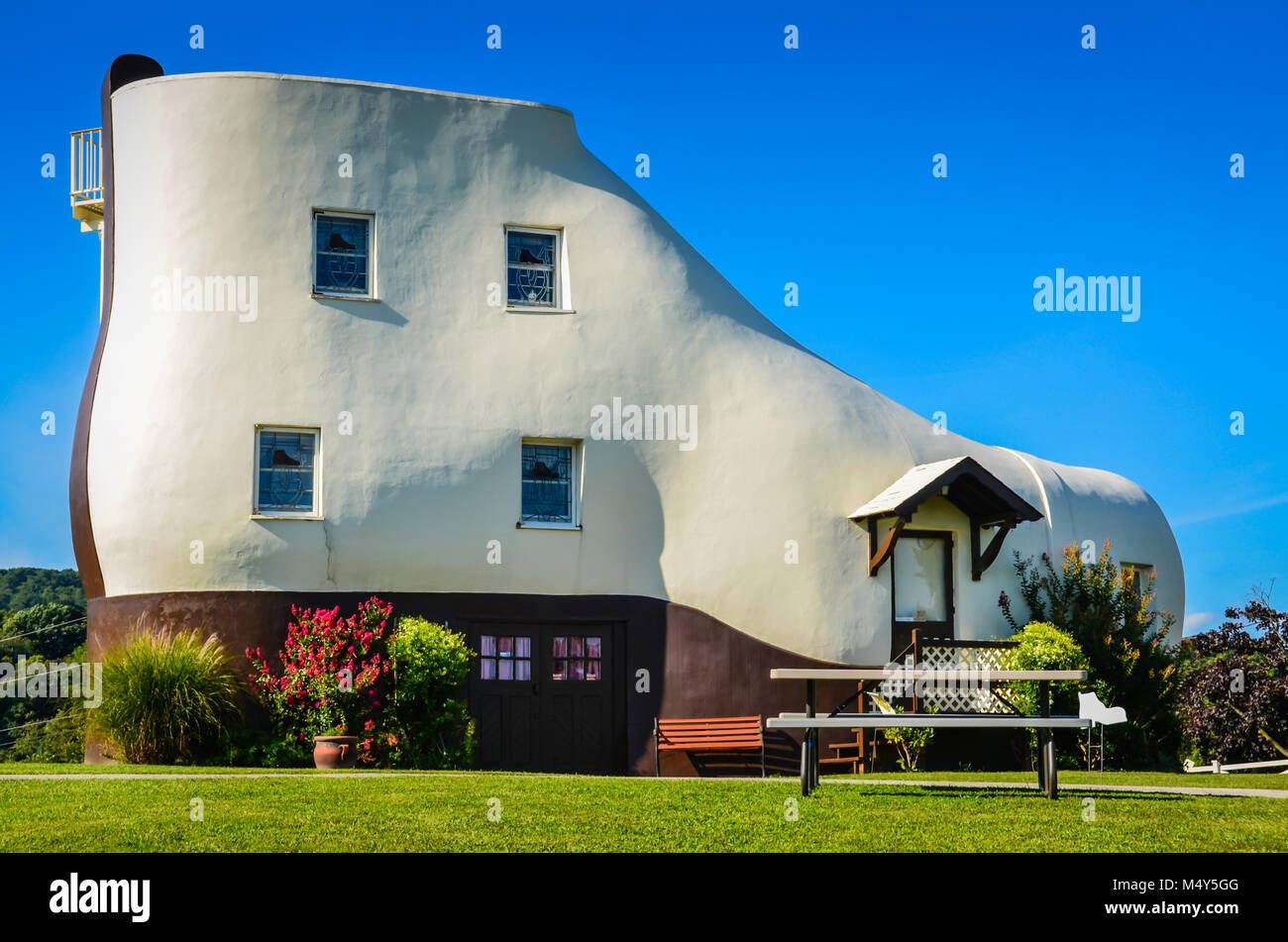 Haines Shoe House roadside attraction is one of the highlights of Hallam, PA on the transcontinental Lincoln Highway. - Stock Image