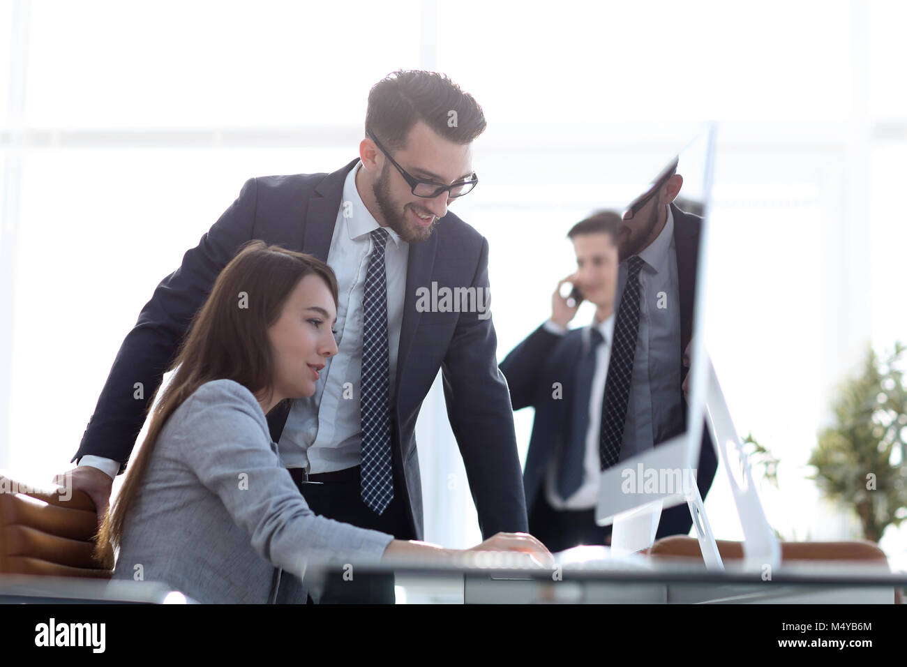 Manager talking with an employee - Stock Image