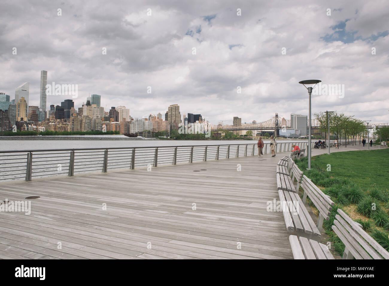 Boardwalk promenade with view of New York City skyline, Gantry Plaza State Park, Long Island City, New York City, USA Stock Photo