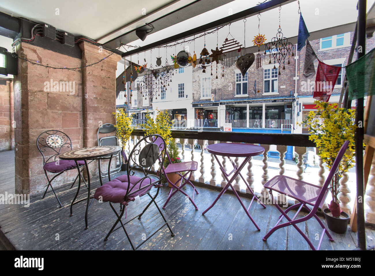 City of Chester, England.  Picturesque view of a café on Bridge Street Rows, with Bridge Street pedestrian - Stock Image